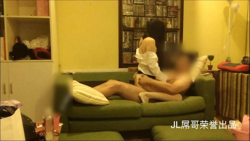 屌哥高价钱约操性感短裙嫩模大长腿美女,撕破丝袜在沙发上猛烈爆插,干的淫叫不止,沙发都快被晃塌了,真能叫!