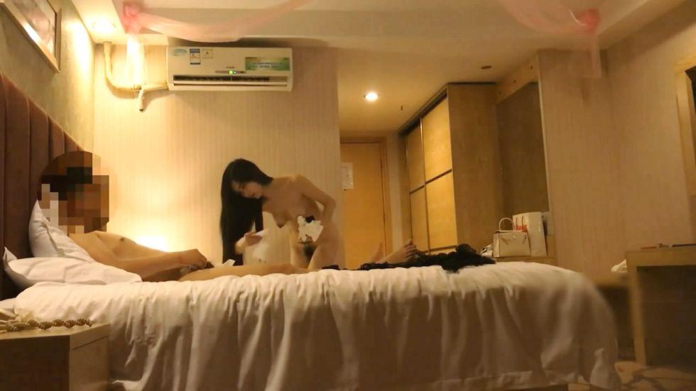 白天上班夜晚出来兼职的168CM高挑漂亮白领美女酒店服务客户被迫换上性感情趣黑丝干内射完又被口爆国语!