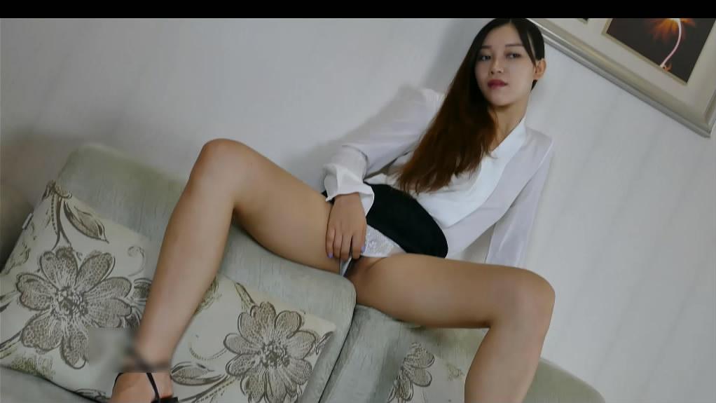 不知名小野模穿着性感T裤酒店私拍逼毛目测修剪过很性感几个说粤