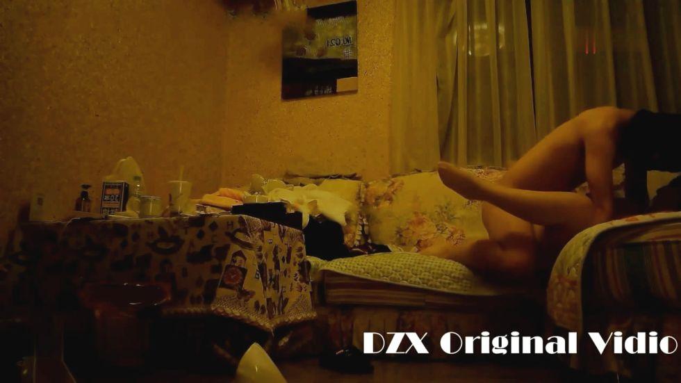 大闸蟹出品36F大胸美女模特,连体袜直穿站立式后入操逼后又在沙发