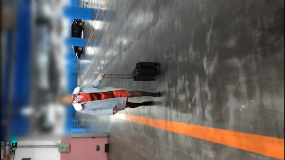 公子哥同老铁驱车迎接刚下航的黑丝性感美腿大奶气质空姐前凸后翘身材太棒了一个拍一个干国语对白1080P原版