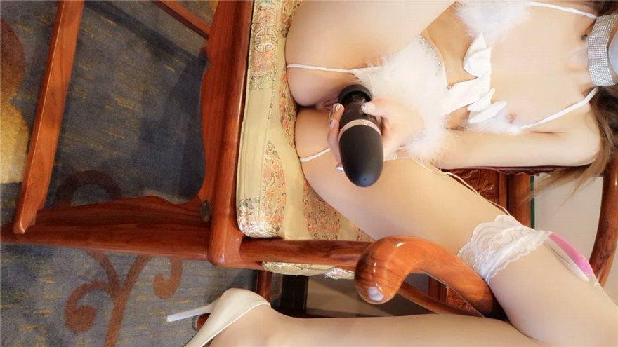 最新2019网红美女软萌萝莉小仙新年首作-白猫咪的呻吟 跳蛋塞粉穴