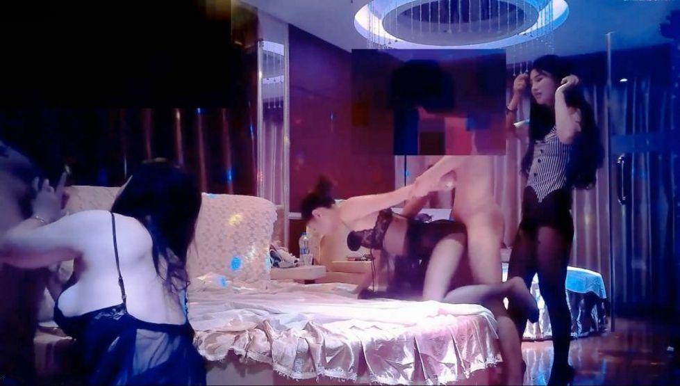 大屌哥豪華會所和朋友一起重金爆操3個黑絲美女公關,一次嘗試3種不一樣的體型風格,場面淫蕩不堪,抓住女的就干!