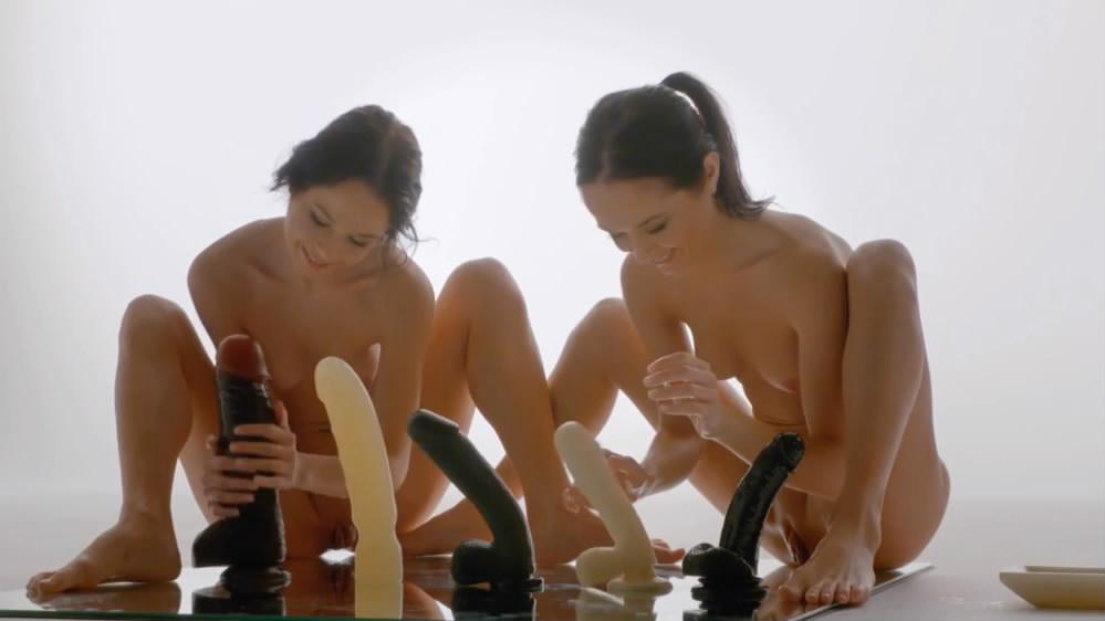 精品大作Hegre完美身材漂亮姐妹花在反光的镜子上选不同型号假屌