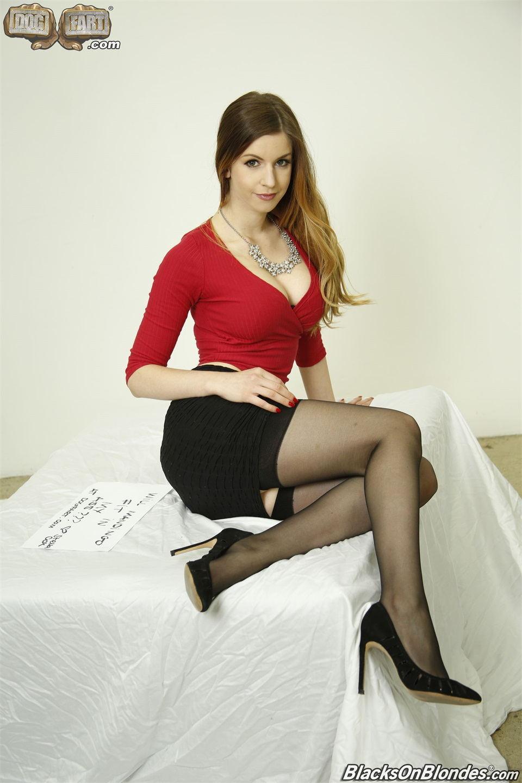 红衣紧身摩登女郎 丝袜妹子前凸后翘看的要硬想操 这肉肉真的很极