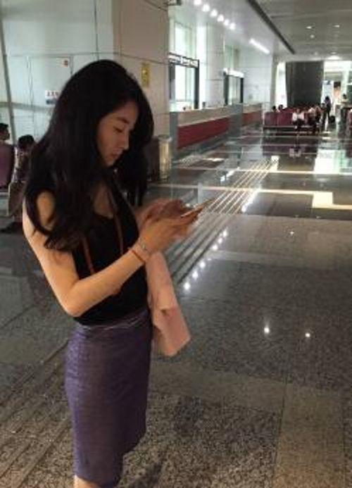 包臀裙职业装性感气质白领美女KTV喝多了被男同事带到酒店慢慢脱掉衣服玩弄啪啪干醒了还说:好难受啊!