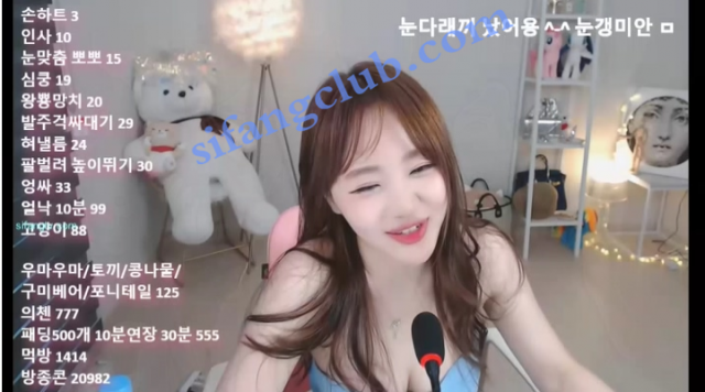 韩国主播跳啦啦舞把咪咪蹦出来了,笑死人。。。
