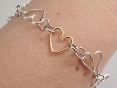 怎么用金属丝做爱心手链的方法图解