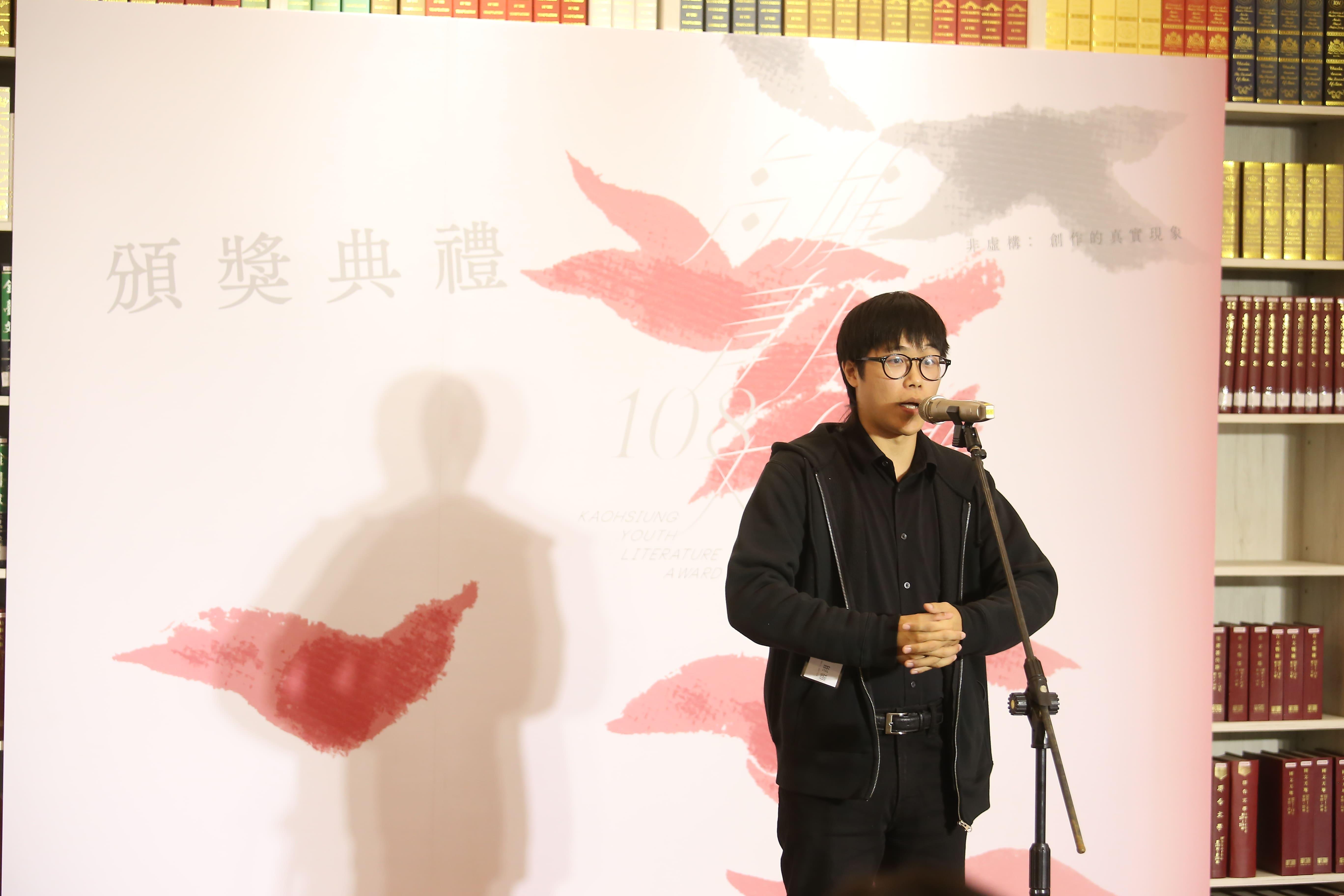 一次拿下短篇小說首獎和三獎的作者嚴翊,創下高雄青年文學獎紀錄。