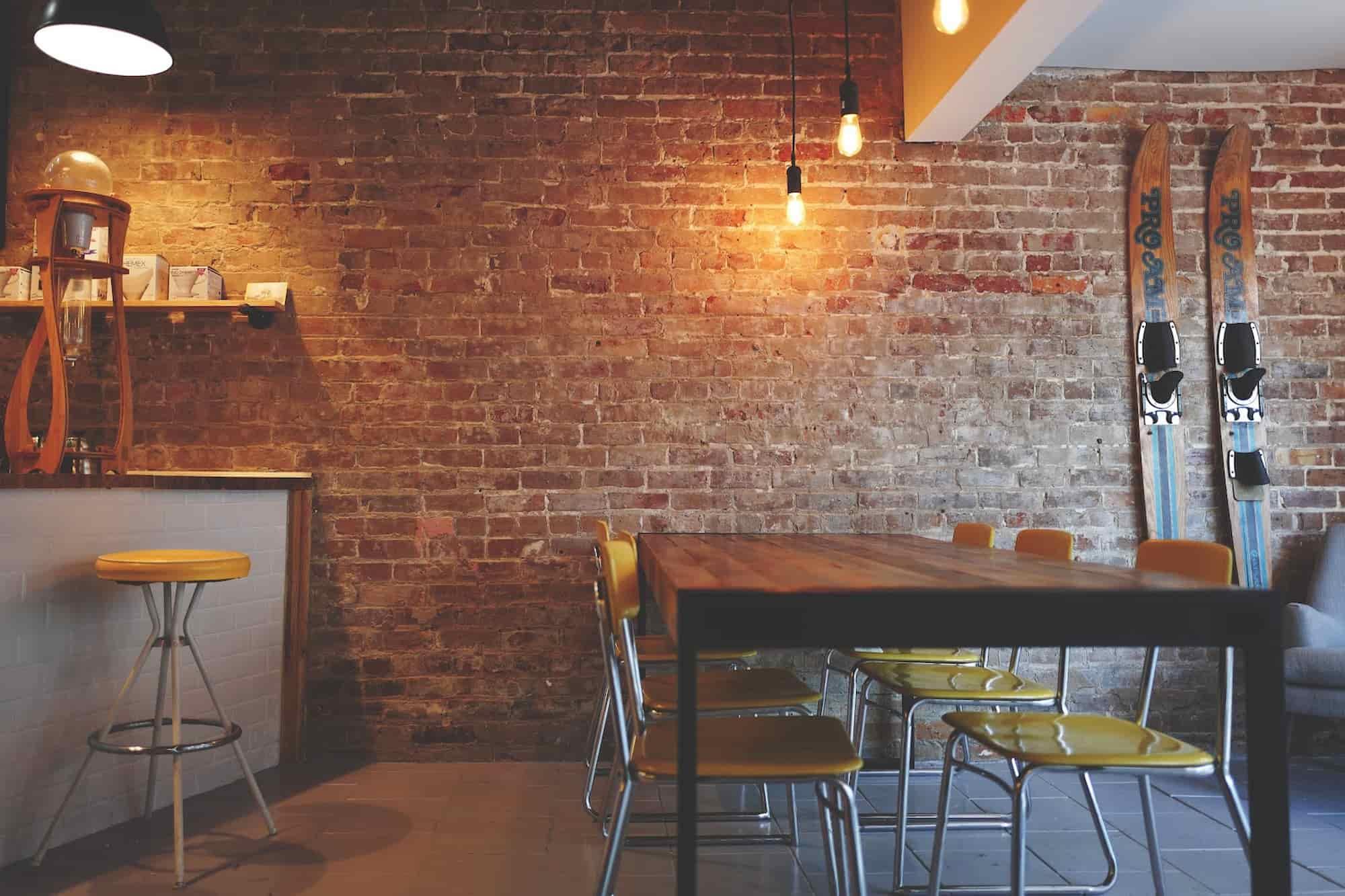 牆面顏色較深的室內空間,需要提高燈光的照明