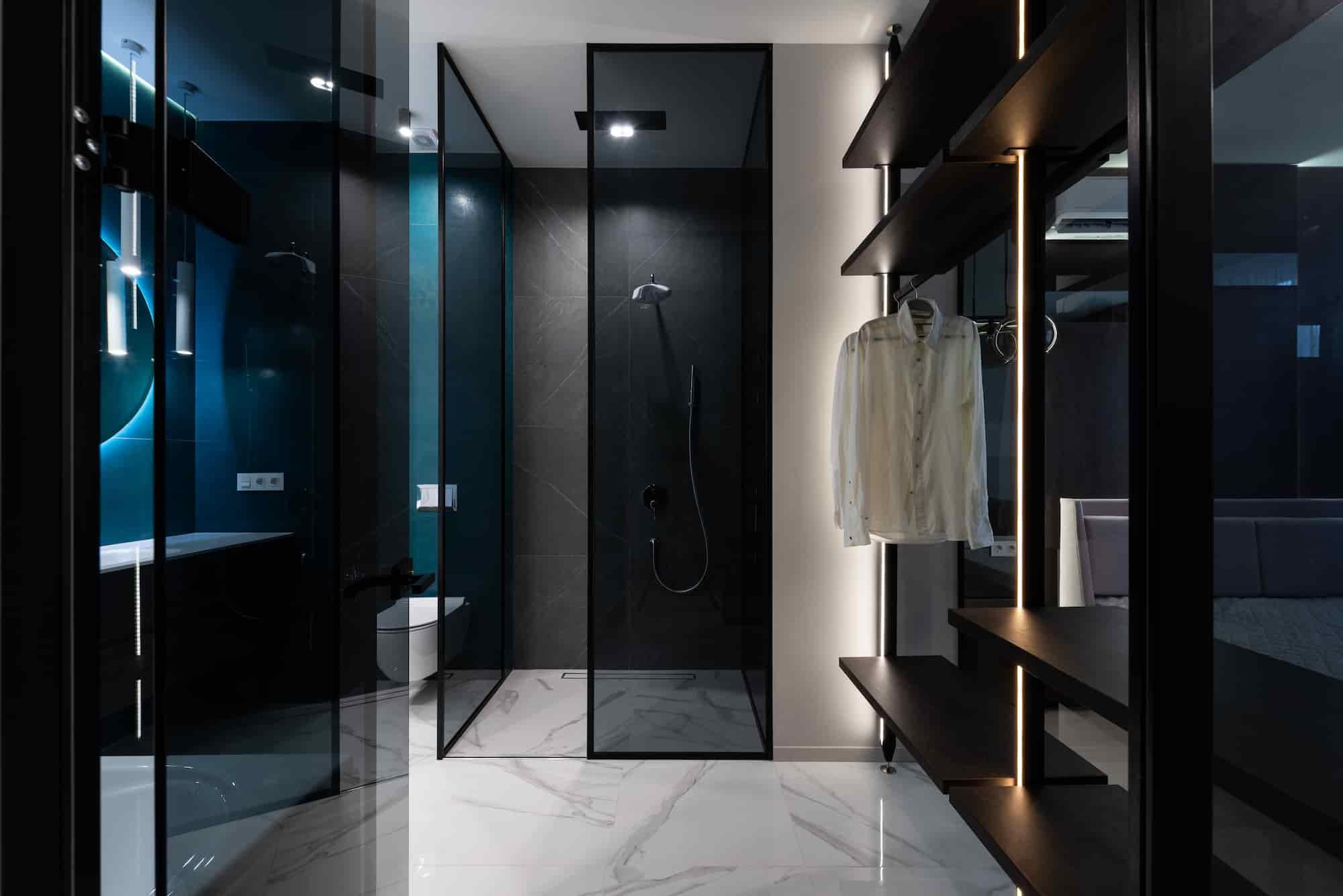 可以在櫃子上方或下方置放燈條,模擬室內的間接燈光